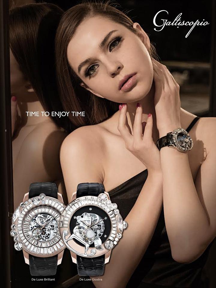 スケルトンダイアルの機械式腕時計